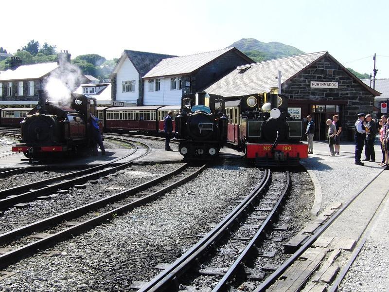 De eerste foto toont een leuke line-up van drie smalspoorlocjes in Porthmaddog. Beginpunt van de Ffestiniog Railway en sinds 2011 ook eindpunt van de 25 mijl (!) lange Welsh Highland Railway.