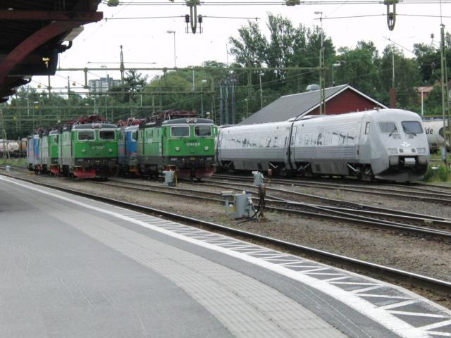 Line up van 2 losse locs en een X2000 in Sundsvall Foto: Theo Gramser Periode: juli 2010