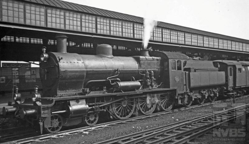 """Op de eerste foto zien we NS-locomotief 3789 met een """"stalen D""""-bagagewagen en reizigerstrein langs een van de perrons van station Amersfoort staan. Het naambord is nog net te lezen. Het is 20 augustus 1935."""