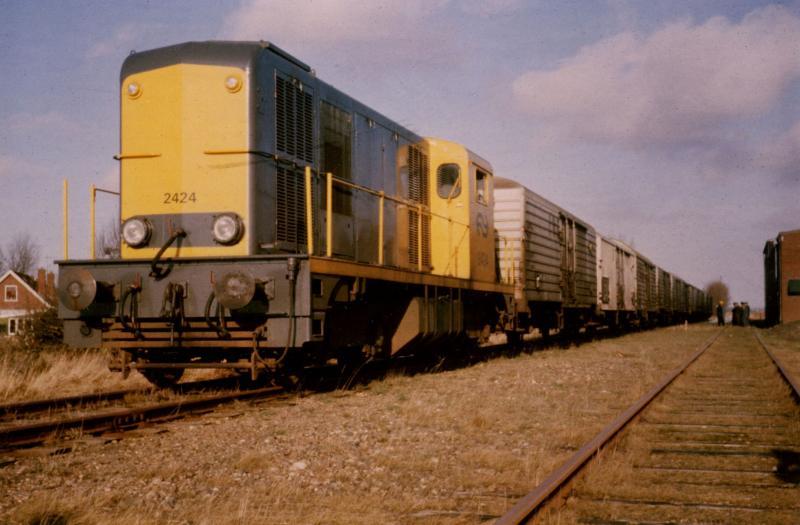 Hier 'de laatste trein op de oostelijke tak' te Hallum. Wat de liefhebbers niet konden weten, was dat de ZPC de NS onder grote druk zette om nog één seizoen de oostelijke tak te mogen gebruiken voor de afvoer van de pootaardappelen. In het eerdergenoemde boek is de strijd tussen de NS en ZPC uitgebreid beschreven. Na veel touwtrekken streek de NS de hand over het hart en was het seizoen 1974/1975 het allerlaatste. Saillant detail: ook de 2424 reed de laatste trein van Holwerd naar Leeuwarden, eind januari 1975. Foto: Wietse Hoekstra.