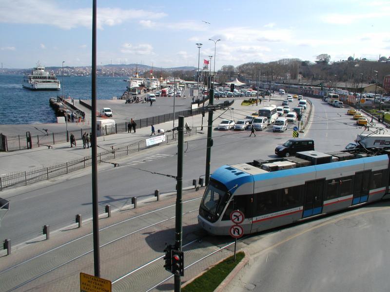 Terug op de Europese oever; de volgende halte is bij het Sirkeçi station.
