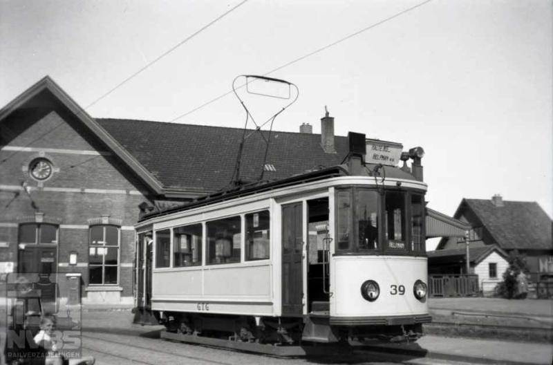 """Groningen kende nog een tweede station, meestal aangeduid als """"Halte NS"""" of """"Noorderstation"""". Ook hier kon je als reiziger per tram naar toe, getuige deze foto van de fraaie motorwagen 39 op lijn 1 aan het eindpunt bij dit station. Toen deze foto werd gemaakt was de Tweede Wereldoorlog al afgelopen: 3 september 1945. Het andere eindpunt lag aan de Esserweg. De Gemeente Tram Groningen schafte in 1921 dertien van deze rijtuigen aan (36-48) die door het Duitse HAWA werden geleverd. Helaas is er na de opheffing van het trambedrijf in 1949 geen een bewaard gebleven. De HTM bood echter uitkomst; zij had in hetzelfde jaar soortgelijke rijtuigen bij dezelfde fabrikant aangeschaft. Eén daarvan, nummer 267 en later pekelmotorwagen H16, werd in 1980 verbouwd tot museumwagen GTG 41.Foto: J.A. Bonthuis (129.189C)"""