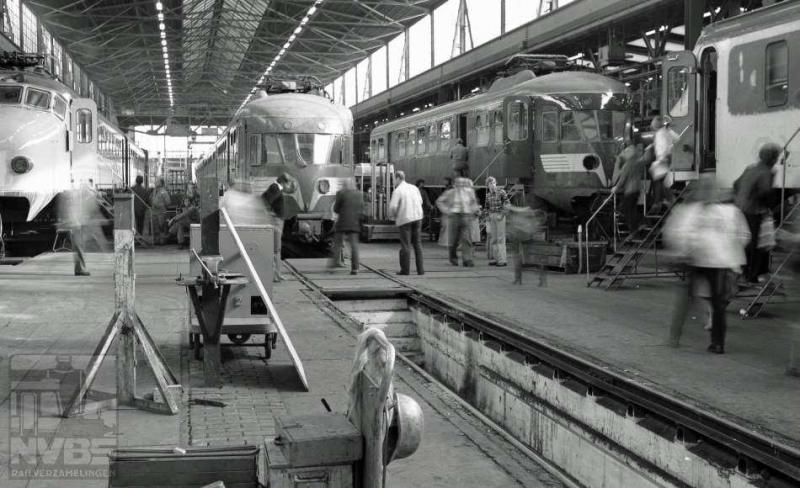 Kennelijk is hier gefotografeerd tijdens een open dag: in de werkplaats te Haarlem. In de montagehal komen we elektrische treinstellen mat'46 en mat'54 tegen. J.A. Bonthuis maakte deze foto op 8 oktober 1979 (539.650C).