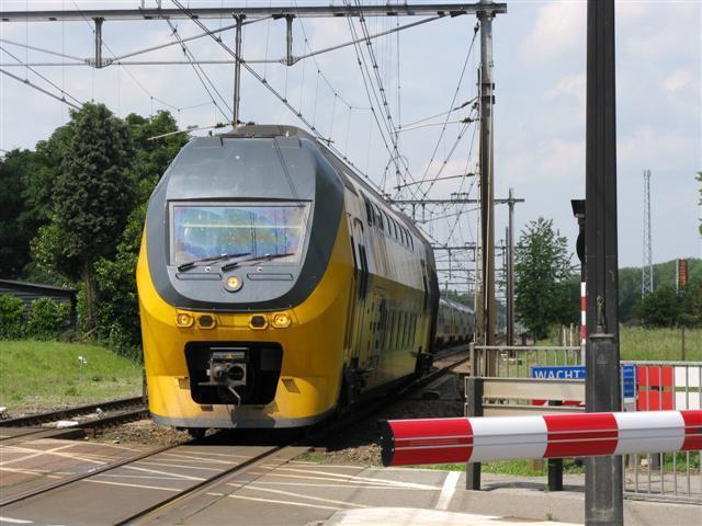 IC 835 onderweg uit Weert richting Roermond, bestaande uit de 8713 en de 8629, loopt aan de O-zijde van het emplacement Haelen over naar LS.