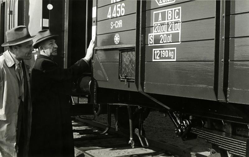 De kwaliteit van het werk wordt geinspecteerd. Op de wagen zijn nog de aanduidingen uit het pre-computer tijdperk te zien. Ook is het vak te zien, met kippegaas ervoor waarin de vrachtbrieven werden meegegeven aan de wagen. In de werkplaats werd dit vak gebruikt om de gewenste reparaties aan te geven.