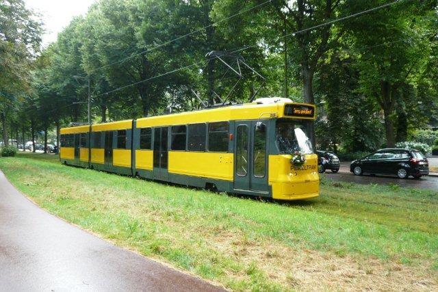 De laatste foto, de enige in kleur, werd gemaakt aan de Scheveningseweg op 5 juli 2014, de dag dat 150 jaar tram in Den Haag (en Nederland) groots werd gevierd met een tramoptocht door de stad. Het nummer 3044 verraadt de herkomst: het is er een van de serie 3001-3100, in 1980/81 gebouwd door BN en nu bijna aan het eind van haar Latijn. De dubbelgelede 3044 werd in 2013 tot pekeltram verbouwd en nu maar hopen op strenge winters om dit fraaie rijtuig vaak in de stad aan het werk te kunnen zien! (foto C. van Hattum; 1541.224).