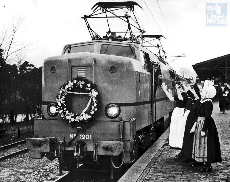 Als na de oorlog de ergste oorlogsschade is hersteld, wordt het elektrificatie-programma met kracht hervat.Op 4 januari 1952 staat een E-loc uit de serie 1200 versierd te Nunspeet om de electrificatie van het traject Amersfoort-Zwolle te vieren.