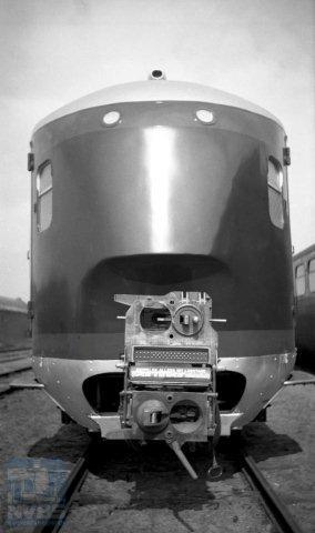 De kop van een van de postrijtuigen van de eerste serie 8501-8506 zag er zó uit. De koppeling doet wat vreemd aan. Omdat aanvankelijk de stroomlijndieseltreinstellen een ander model Scharfenbergkoppeling hadden dan hun elektrische soortgenoten, moesten de postrijtuigen die zowel in diesel- als elektrische treinen werden ingezet van beide soorten koppeling worden voorzien. Op de foto staat de koppeling in de stand voor elektrische treinstellen, met de 'dieselkoppeling' naar boven omgeslagen via een aan de bovenzijde gemonteerd scharniergewricht. In 1940 besloten NS en PTT ook de diesels het laatste model Scharfenbergkoppeling te geven zodat het opzetstuk kon vervallen. (br) De foto is door H.G.Hesselink op 28-4-1938 gemaakt (NVBS-fotonummer 170 875).