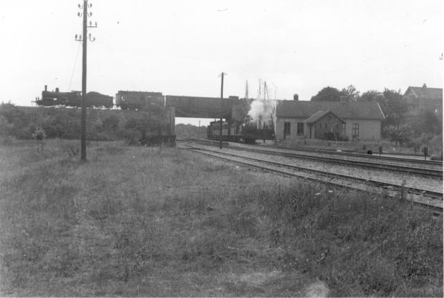 Station Kruispunt Beugen met boven op het viaduct een trein richting Venlo en eronder een NBDS-trein richting Gennep. Vanaf de aanleg tot 1919 exploiteert de NDBS de lijn zelf. Foto: Foto G.J. de Swart 595.063 C Periode: 24 april 1905