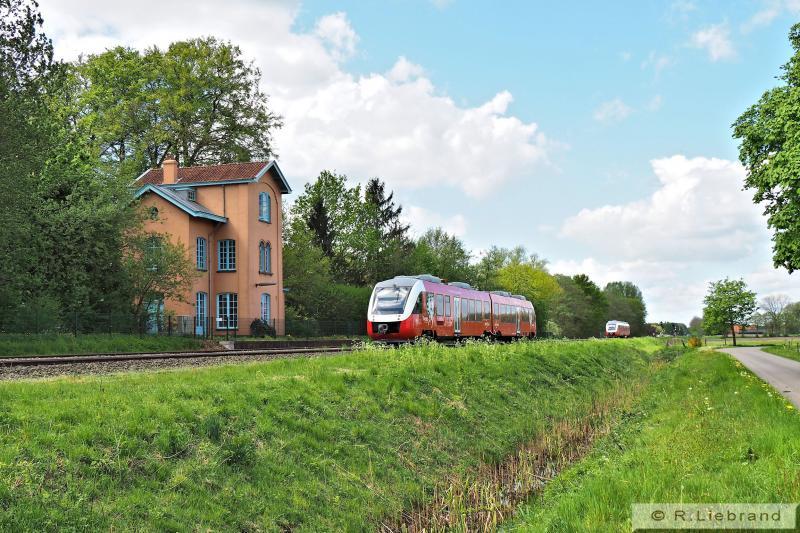 """In een keurig halfuurpatroon ontmoeten de dieselstellen naar Zutphen en Oldenzaal elkaar op het passeerspoor van Laren-Almen. Sinds december 2012 rijdt """"Syntus Twents"""" hier met rood/wit gespoten Lint-treinstellen. Tussen 2003 en 2012 reden hier de geel/witte Linten van """"Syntus"""". Daarvoor was de NS heer en meester op dit traject, de laatste jaren met DM'90-materieel. 7 mei 2015"""