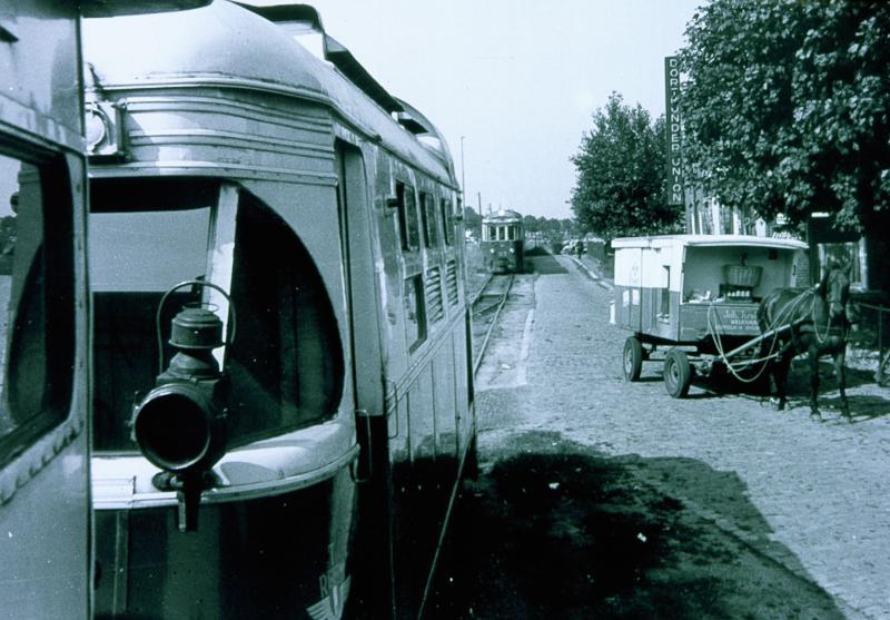 Tramkruising te Rhoon.Het RTM-net was bijna overal enkelsporing, en bij diverse haltes konden trams elkaar kruisen. Tussen Rotterdam en Spijkenisse was Rhoon het gebruikelijke passeerpunt.Op de voorgrond staat loc. M1805, terwijl motorrijtuig M1803 in de verte nadert.Op deze plek staat nu het metro-station Rhoon.Foto: Theo Barten, 10 augustus 1965.