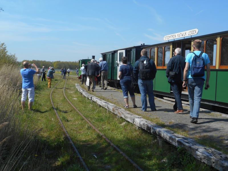 Aankomst op het eindstation; hier ligt een perron met aan beide kanten een spoor. Het 2e spoor wordt gebruikt om de locomotief te laten omlopen, zodat hij bij de terugrit weer aan de voorkant van de trein staat.
