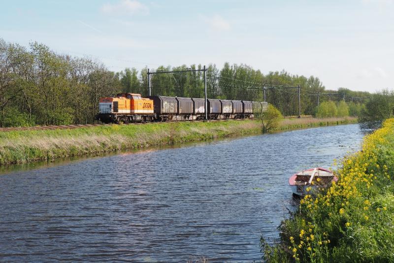 Soms drie soms vier wagens met elk 3 ACTS-containers telt deze trein de laatste jaren. Locon rijdt deze afvaltrein vanaf 1 juli 2011. Locon 220. 7 mei 2015.