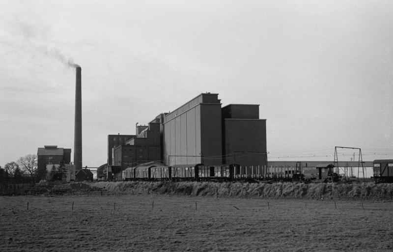 Loc 281 rangeert op het raccordement van Noury & Van der Lande op 29 november 1958. Noury beschikte ook over een eigen elektrische loc en het raccordement was voorzien van bovenleiding. Noury was van 1928 tot 1966 de belangrijkste klant van het industriespoor.