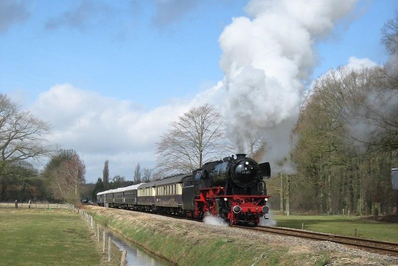 De 23 071 van de VSM voerde de excursietrein aan met in haar kielzog onder meer twee luxe Rheingoldwagens uit de jaren dertig van de vorige eeuw. Nabij Loenen, 25 maart 2006