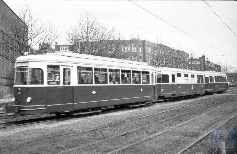 De meest bekende motortram, die ook het langst nog heeft gereden, is natuurlijk het Sperwerstel van de RTM, thans als museumstel in de remise van het Rijdend Tram Museum (RTM) te Ouddorp. Foto: J.A. Bonthuis, 16-4-1964.