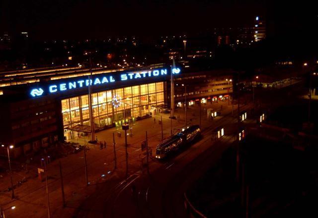 Het station bij avond, gezien vanaf het dak van het Groothandelsgebouw.