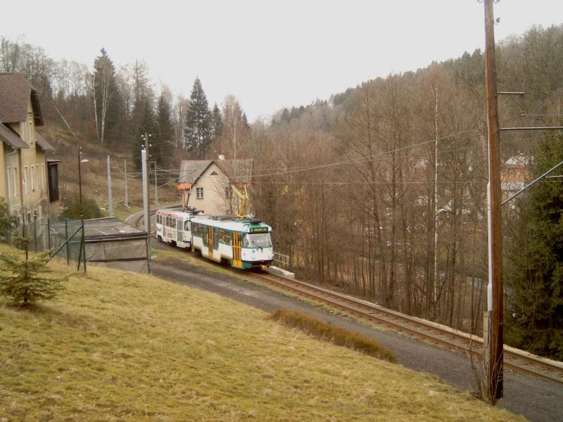 De lijn loopt door het dal van de Nisa (verder stroomafwaarts Neisse geheten, de grensrivier tussen Duitsland en Polen).De voorste tram is verbouwd, deze is voorzien van een verlaagd middendeel.Foto: NB, 2007.