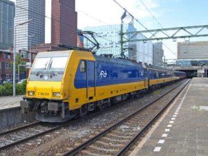 Op 11 juli 2018 staat de Intercity naar Eindhoven klaar voor vertrek in Den Haag Centraal. Trekkracht is TRAXX 186 030