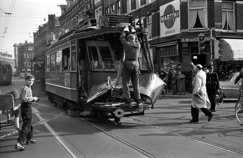 De Amsterdamse lijn 4 heeft voor Jos altijd een bijzondere betekenis gehad, dichtbij zijn huis aan de Ceintuurbaan. Op 21 augustus 1956 kwam het tramstel 412+815 van lijn 4 in de Van Woustraat, op de hoek met de Tweede Jan Steenstraat, in onzachte aanraking met een melkauto. En Jos was vrijwel direkt na het ongeval ter plaatse. Het zag er verschrikkelijk uit. Hoewel noch de tram noch de vrachtauto veel snelheid hadden, werd nummer 412 uit de rails gedrukt, waarbij van het voorbalkon niet veel meer over bleef. Zolang de vloer van de tram de klap opvangt valt de schade meestal wel mee, maar balkonscherm en glaspui zijn uiteraard niet tegen grof geweld bestand. Van de melkauto kwam nagenoeg de hele lading lege en volle melkflessen (in 1956 werd de melk nog in flessen verpakt) op de straat terecht, hetgeen een uur werk voor de Stadsreiniging betekende. Motorwagen 412 was nog maar net van railremmen voorzien, maar die mochten hier niet baten. Fotograaf Cor van Mechelen was nog net op tijd om de 412 door de Mack weggesleept te zien worden.