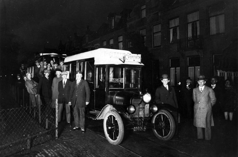 Op 22 juni 1929 reed de Alkmaarse tractortram, hier op de Stationsweg, zijn laatste rit. De foto komt uit de verzameling van H.J.A. Duparc.