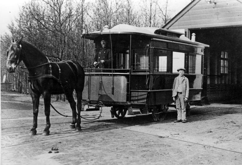 Het Provinciaal Ziekenhuis ′Duin en Bosch′ te Bakkum had van 1914 tot 1938 een eigen tramlijn naar het station Castricum. In 1920 werd de lijn geëlectrificeerd. Deze foto van C.A.B.A.M. Schade van de tram voor de remise te Bakkum moet daarom uit de periode 1914-1920 dateren.