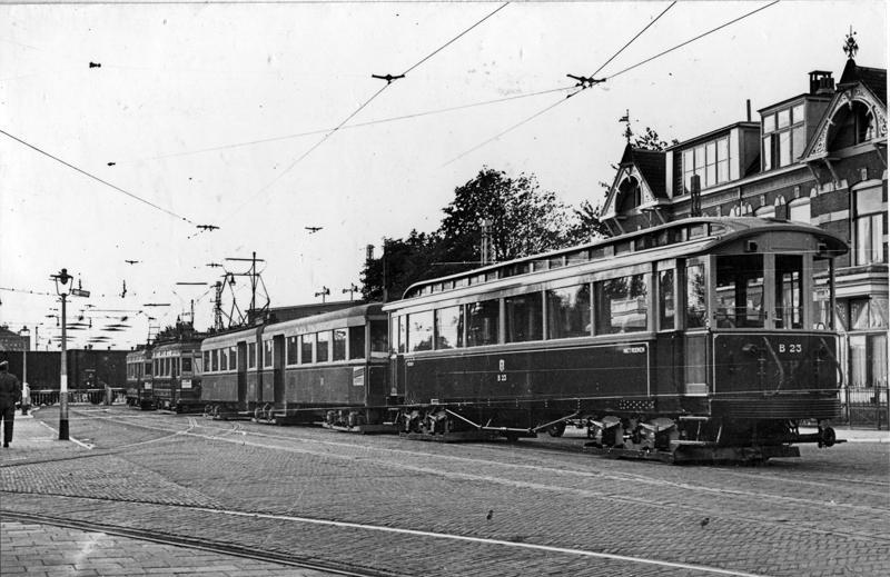 Op 14 september 1940 wachten op de Rijnsburgerweg te Leiden enkele NZH-trams tot een ongetwijfeld langzaam rijdende goederentrein de overweg is gepasseerd. Op deze foto van P. Brouwer zien we vooraan tramstel A611+612 met aanhangrijtuig B23.
