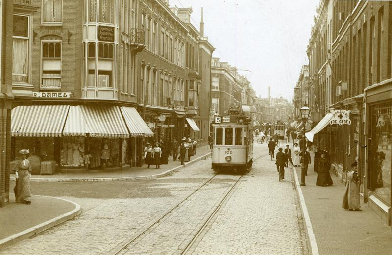 Al in 1895 had HTM plannen om het net van paardentramlijnen te elektrificeren maar pas begin 1904 verleende de gemeente om de bestaande zes paardentramlijnen te elektrificeren en een viertal nieuwe elektrische lijnen in gebruik te nemen. Begin 1906 kwamen de elektrische lijnen 3 en 5 in exploitatie. Lijn 3 als opvolger van paardentramlijn C; lijn 5 was de eerste geheel nieuwe lijn. Op deze foto uit 1908 zien we in de Piet Heinstraat motorrijtuig 106 op lijn en motorrijtuig 159 met een aanhangrijtuig op lijn 3. Deze foto komt uit de verzameling van H.J.A. Duparc.