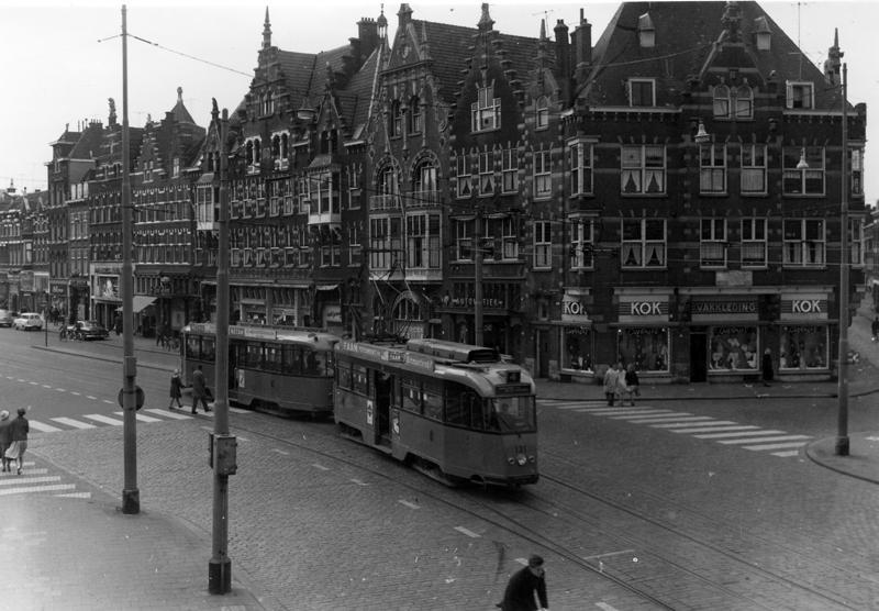 Een fraai stadsgezicht vormt nog steeds het begin van de Schiedamseweg. Op 19 mei 1962 komt lijn 4 met 131+1054 vanaf Schiedam en zal aanstonds linksaf de Lage Erfbrug oprijden, om via de Nieuwe Binnenweg het centrum te bereiken. Foto: Ab van Donselaar.