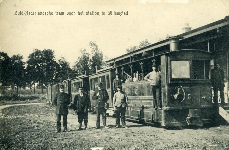 Op deze ansichtkaart uit 1907 zien we een stoomtram van de Zuid-Nederlandsche Stoomtramweg Maatschappij op het station Willemstad.