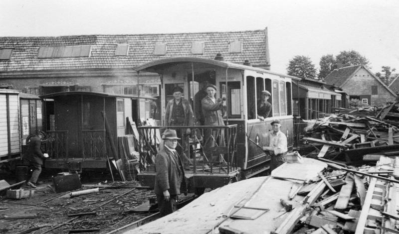 In juni 1935 zijn arbeiders op het station Drunen bezig met de sloop van wagons van de Tramweg-Maatschappij ′De Meijerij′. Dit trambedrijf was - samen met een aantal andere trambedrijven - op 1 juli 1934 opgegaan in de Brabantse Buurtspoorwegen en Autodiensten BBA. Het nieuwe bedrijf verving in een hoog tempo tram- door busdiensten.