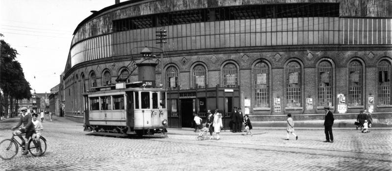 De elektrische tram Vlissingen Middelburg kende naaste de verbinding tussen deze twee steden ook een korte lijn tussen het station en het centrum van Vlissingen. Op het Betje Wolffplein zien we hier motorrijtuig 2. de foto dateert vermoedelijk uit de jaren 1920.