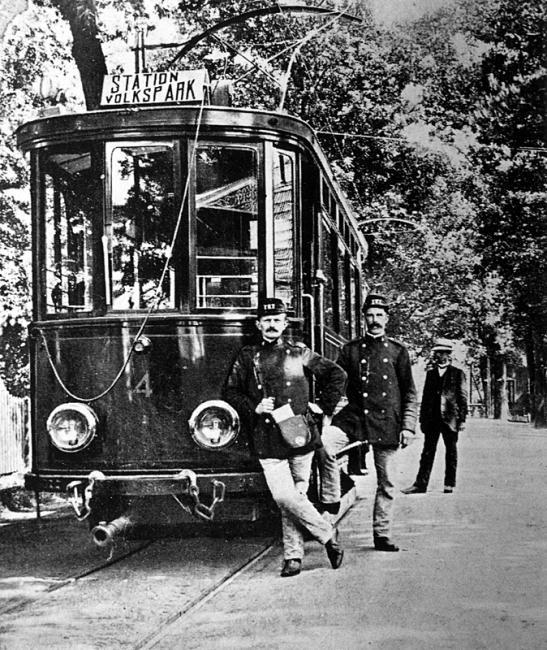 Het moet omstreeks 1910 zijn geweest dat conducteur en bestuurder te Glanerbrug enigszins parmantig poseren voor motorrijtuig 4 van de Twentsche Electrische Tramweg-Maatschappij. De foto is uit de collectie van R.G. Klomp.