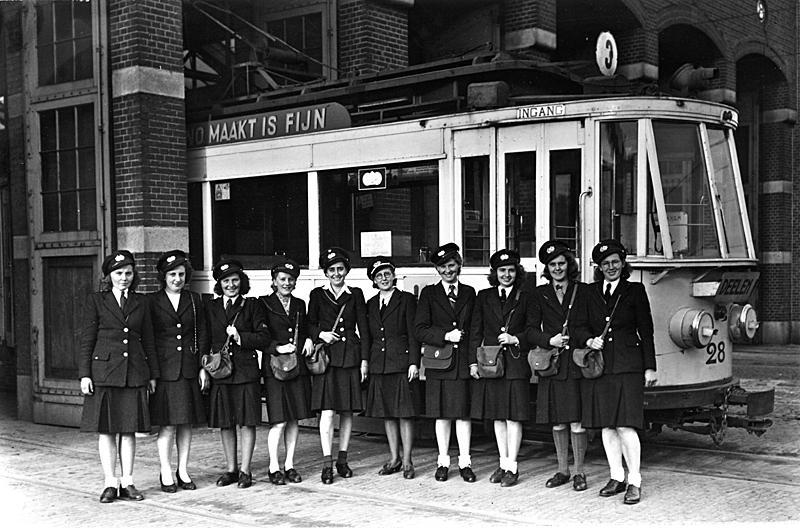 In het oorlogsjaar 1944 poseert een groep conductrices voor GETA motorrijtuig 28. De foto werd gemaakt door D. Renes.