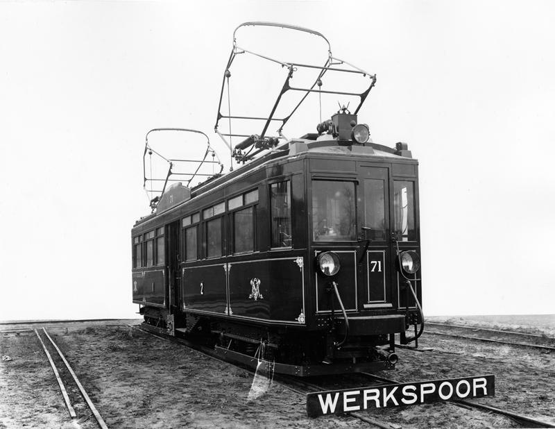 Op deze fabrieksfoto uit 1924 van Werkspoor-Zuilen prijkt het spiksplinternieuwe motorrijtuig 71 van de Ooster Stoomtram-Maatschappij, die lijnen exploiteerde in het gebied tussen Utrecht/Amersfoort en Arnhem.