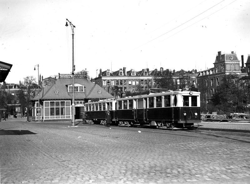 Vertrekpunt van de Gooische aan het station Amsterdam Weesperpoort in 1932. Op de achtergrond zien we de nog steeds herkenbare bebouwing aan de Spinozastraat. Verzameling Ab van Donselaar.