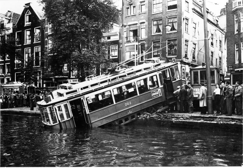 Een van de meest spectaculaire tramongevallen vond plaats op 6 september 1950, toen de 263 van lijn 4, met bijwagen 750, komende uit de Utrechtsestraat, langs het Rembrandtsplein de Bakkerstraat inreed. Tot zijn schrik bemerkte bestuurder Leo van der Maesen dat de elektrische rem niet werkte. Als een razende heeft hij door luid bellen geprobeerd het verkeer op de Amstel te waarschuwen en met een te hoge snelheid reed hij de scherpe boog naar links in, ontspoorde en kwam in de natte Amstel terecht. Daarbij duwde hij een geparkeerde auto voor zich uit, de Amstel in, om daar vervolgens bovenop te gaan staan. Hierdoor werd voorkomen dat de 263 verder in het water terecht kwam en misschien wel kopje onder was gegaan. Bestuurder en enkele passagiers op het voorbalkon hielden aan het voorval slechts een paar natte voeten over.De eigenaar van de auto bleek merkwaardig genoeg de sloper te zijn van de in die dagen afgevoerde Unionwagens. Was hier sprake van een postume wraak van de 263 op het lot van zijn oudere collega´s? Om de wagen weer helemaal op het droge te krijgen had tramdirecteur Hofman inmiddels al een drijvende bok besteld, maar de vakmensen uit de remise Lekstraat zagen kans om de tram met de grote kraanwagen -de legendarische Mack- weer aan wal te krijgen. De drijvende bok kon weer worden afbesteld. Nummer 263 heeft het er ondanks alle opwinding goed van af gebracht, werd nog verbouwd tot éénrichtingswagen en heeft nog, laatstelijk onder het nummer 1263, tot in 1959 dienst gedaan.