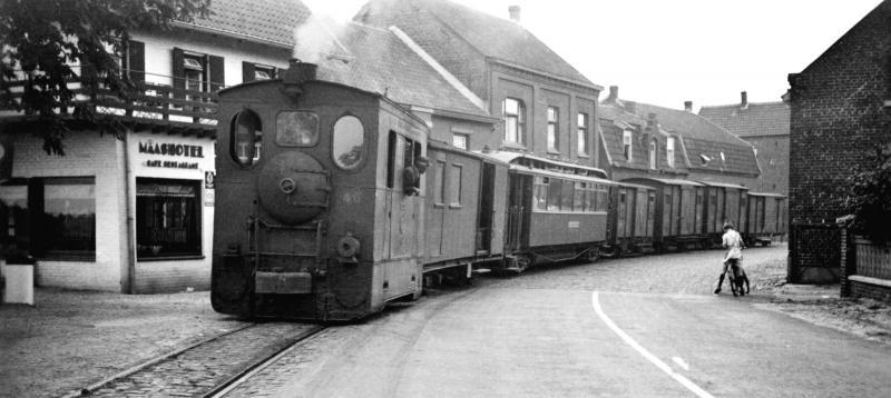 10 MBS 46 met een gemengde trein in Arcen, 18 juli 1941. (verz. NVBS)