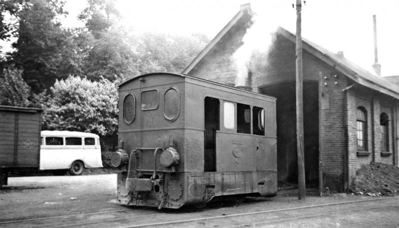11 MBS 47 voor het remisegebouw in Venlo, 27 juli 1941. (verz. NVBS)