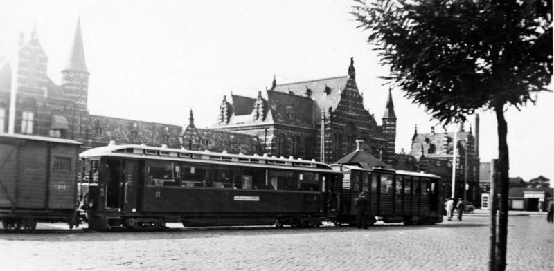 03 Dieseltreinstel DIII (EL104 + AB13) met goederenwagen 212 op het stationsplein te Nijmegen, circa 1938. (verz. Van Donselaar)