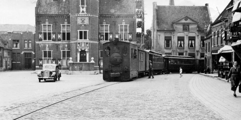 07 MBS46 met post-/bagagewagen, twee rijtuigen en minstens een goederenwagen op de Markt in Gennep, 18 juli 1941. (verz. NVBS)