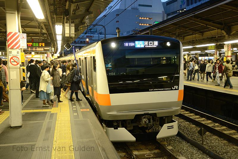 De reeks E233 is sinds 2006 in dienst bij JR East in Tokio. De stellen zijn gebouwd in een samenwerkingsverband van JR East, Kawasaki Heavy Industries, Tokyu Car Corporation en J-TREC. Met in totaal 2.438 exemplaren (stand: 1 April 2013) is zij een van de meest voorkomende reeksen rond Tokio.Het station Shinjuku, waar de trein op 14 april 2013 hier stopt, is tevens het druktste station ter wereld met 3,64 miljoen reizigers per dag.