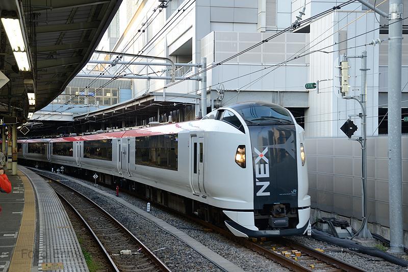 De Narita Express verbindt elk half uur de luchthaven Narita bij Tokio met onder andere Tokio, Yokohama en Ofuna. Het type dat vanaf 1 juli 2010 ingezet wordt, is de E259 van JR East. De bovenleidingsspanning is hier 1500V op het 1067 mm net.Hier vertrekt een trein vanuit Shinagawa richting Yokohama.