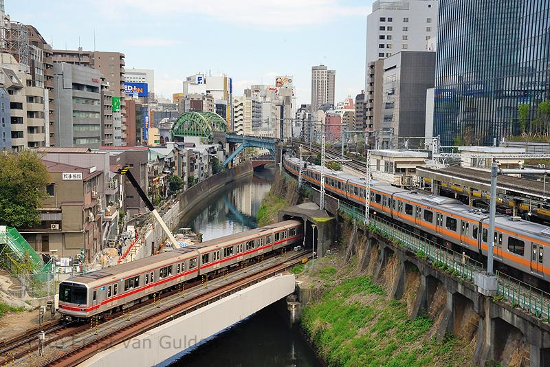 De metro vormt het belangrijkste onderdeel van het openbaar vervoer in Tokio. Naast, dat de metro de drukste ter wereld is, is het tevens de meest uitgebreide ter wereld met 13 lijnen en met gemiddeld dagelijks ongeveer 8 miljoen mensen gebruikers.Het metrosysteem wordt geëxploiteerd door twee onafhankelijke maatschappijen: Tokyo Metro en de Toei Metro. Van de eerstgenoemde metro zien we bij het Ochanomizu station een exemplaar tussen twee tunnels. De lijnen bovenlangs zijn van de JR East.)