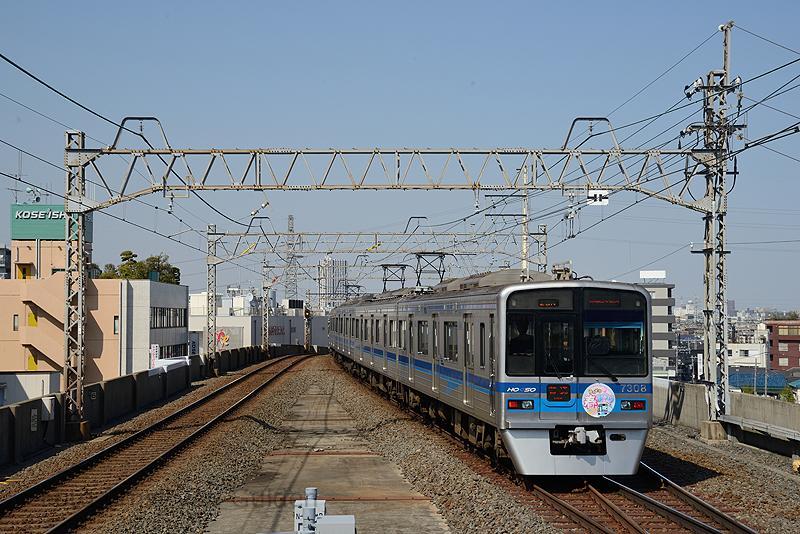 Ruimtegebrek is een veel voorkomend probleem in Tokio. Hier zien we een Keisei Electric Railway series 7300 het station Aoto verlaten. Het bovenste niveau is voor treinen richting de buitenwijken.