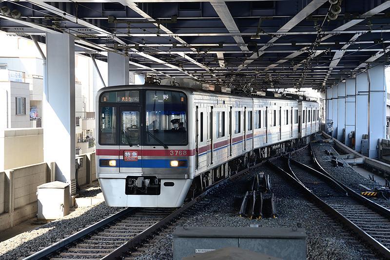 ... het onderste niveau voor treinen richting het centrum van Tokio is. Hier zien we een 3700 series richting Ueno.