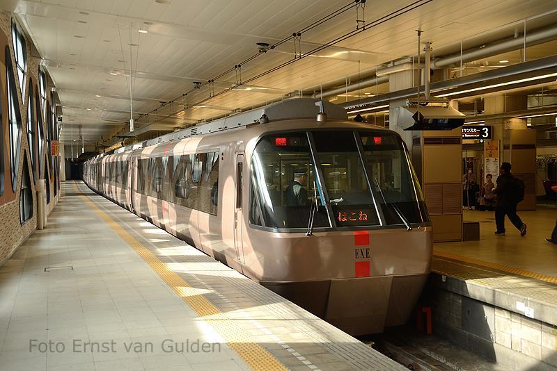 Veel stations zijn ondergronds. Hier zien we een series 30000 (EXE) Limited Extress van de Odakyu Electric Railway. Deze lijn verbindt Tokio met Katase-Enoshima aan de Sagami Bay.
