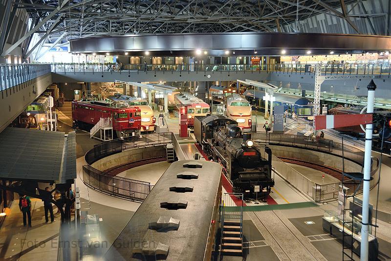 Het spoorwegmuseum in Saitama, ten noorden van Tokio, is zeker de moeite van een bezoek waard door zijn uitgebreide collectie. In de grote hal staan diverse museumstukken opgesteld.