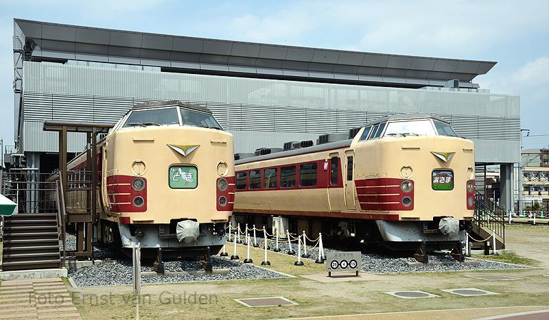 """Op het buitenterrein van het spoorwegmuseum staan nog 2 stuurstandrijtuigen als """"Lunch train"""" opgesteld."""