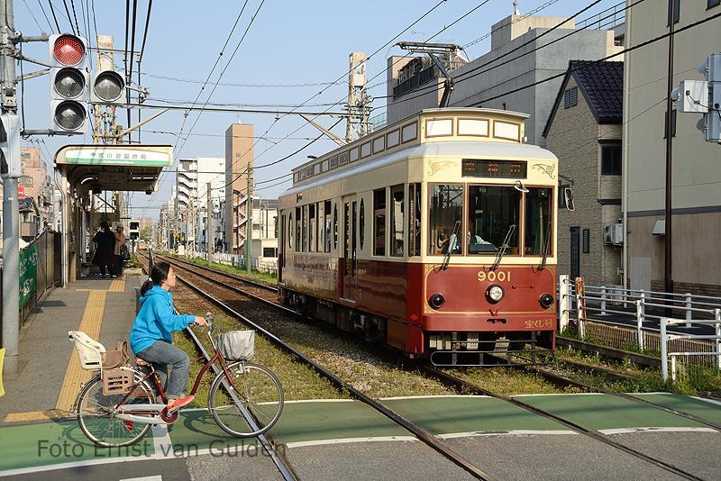 In het Noorden van de stad exploiteert de Tokyo Metropolitan Bureau of Transportation (TOEI) de Toden-Arakawa tramlijn. Deze lijn is 12,2 kilometer lang en verbindt Waseda met Minowabashi. De spoorbreedte van deze lijn is bijzonder te noemen: 1372 mm (4 ft 6 in). In totaal zijn er 5 tramseries in dienst, waarvan de 2 wagens uit de serie 9000 (bouwjaar 2007) de meest in het oog springende is. Hier vetrekt één van de beide 9000-wagens van de halte Arakawa-Yûenchimae richting Waseda.